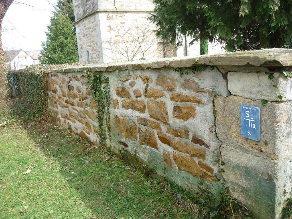 Kirchenmauer nach Graffitientfernung