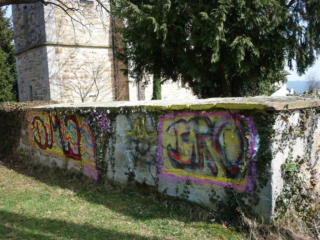 Kirchenmauer mit Graffiti