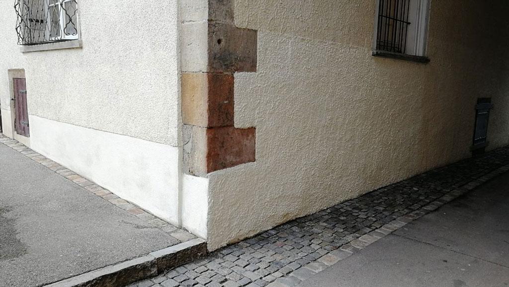 Historische Mauer nach Graffitientfernung